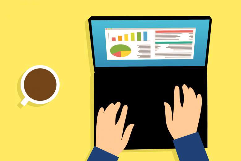 Su sfondo giallo, un disegno che rappresenta un computer portatile e due mani che digitano sulla tastiera. Sullo schermo del computer vengono mostrati grafici e analisi. Accanto al computer c'è una tazza di caffè.