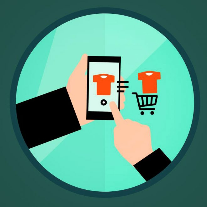 Una mano regge uno smartphone e effettua acquisti su un negozio online